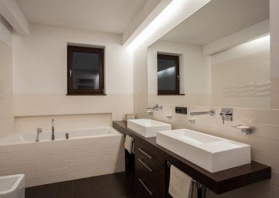 Travertine house - Modern bathroom